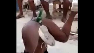 Africana dançando e piscando a buceta com uma garrafa de heineken dentro.